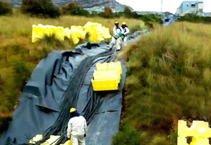 Instalación de flotadores y de cables de alimentación en Presa de relaves