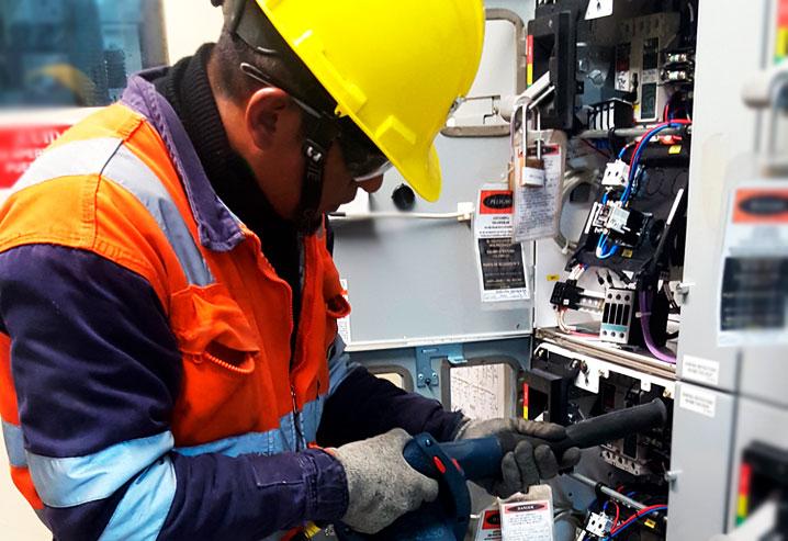 Mantenimiento de contactos eléctricos con equipos para la extracción y soplado del polvo